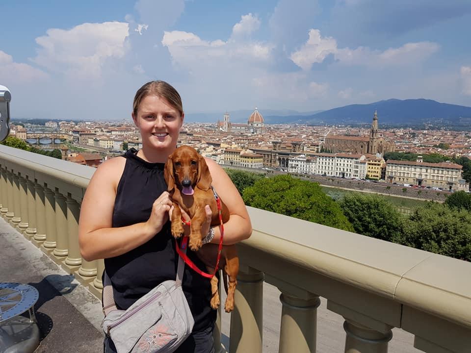 La bassottina con la nuova mamma francesce